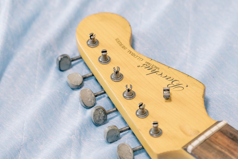 ストラトギターのペグは、先端を入れるタイプ